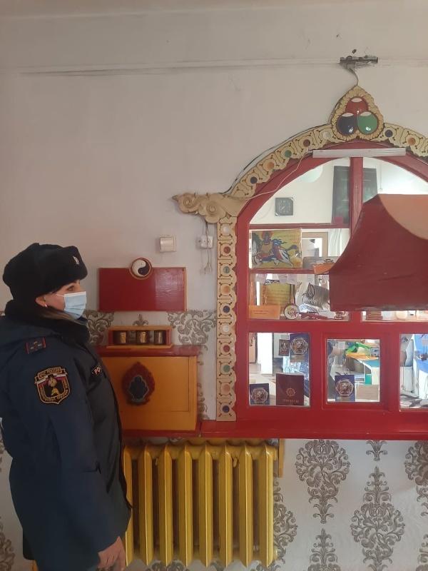 В преддверии Белого месяца сотрудники МЧС России проводят профилактические обследования буддийских храмов