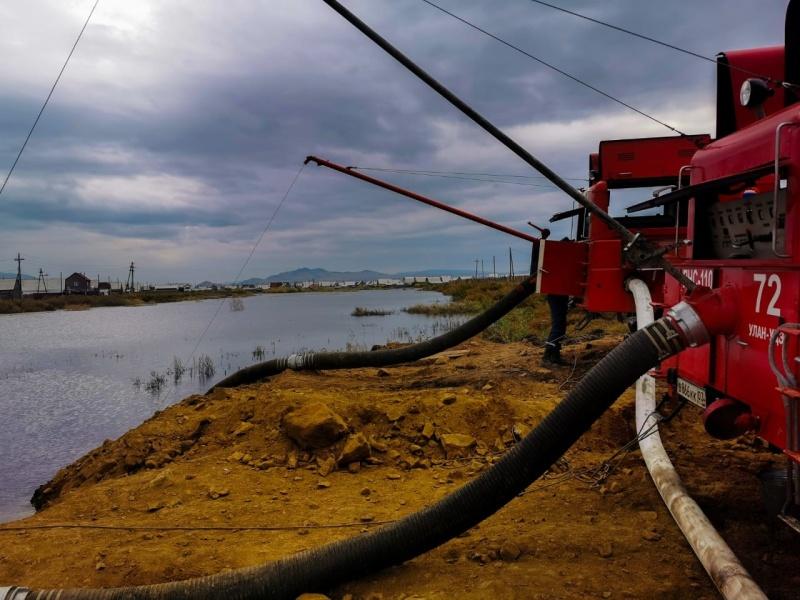 Еще один специализированный пожарный автомобиль привлекли к ликвидации паводка